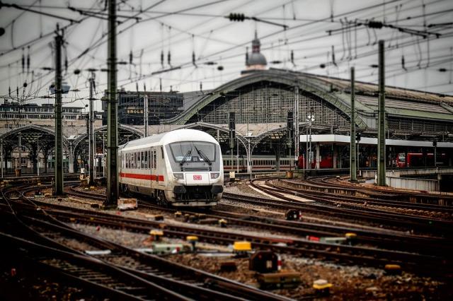 railway-station-619082_960_720